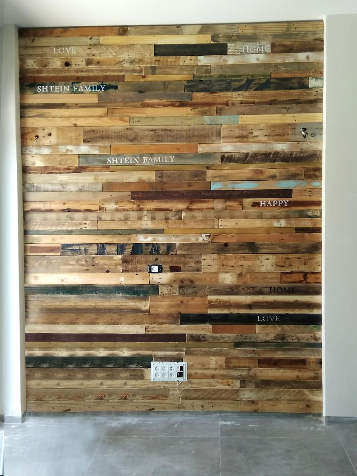 חיפוי קיר מעץ ממוחזר בשילוב גוונים